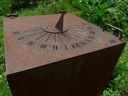 Horizontální hodiny na plechovém zásobníku dešťové vody