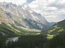 dol Val Veny vedouc nad horsk letovisko Courmayeur.