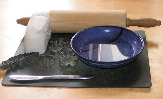Budete potřebovat hmotu, jídelní nůž, misku s vodou a váleček na nudle.
