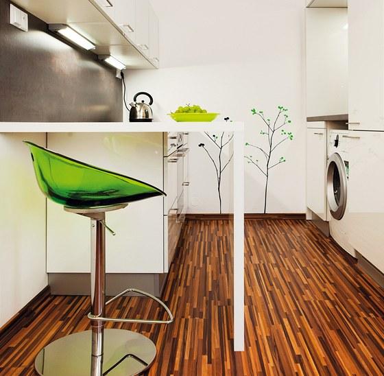 Vysoká strana sestavy zahrnuje zabudovanou chladničku a mycí pracoviště s