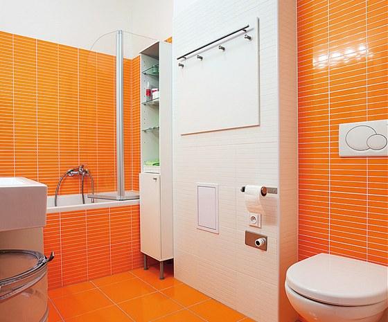 Koupelna se vybavila pouze skříňkou ve výklenku u vany a zásuvkovým kontejnerem