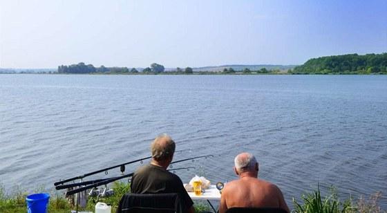 """Pro rybáře představují """"Mušovská jezera"""" ráj."""