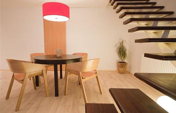 K jídelnímu stolu zvolili designéři židle Merano od firmy TON.