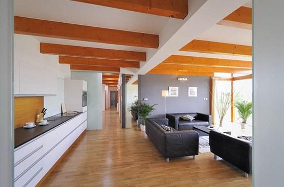 Společný obývací prostor je vybaven kuchyňskou linkou z MDF desek (provedení