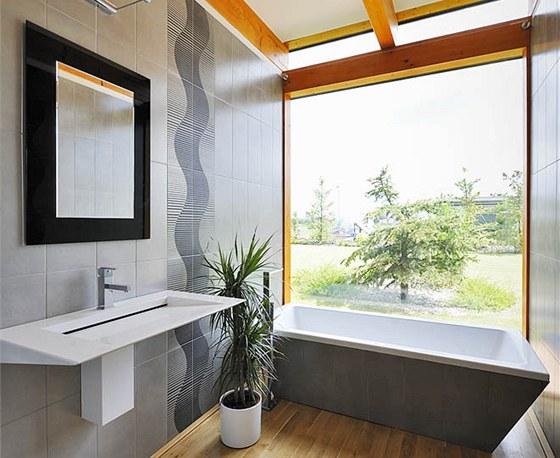 Ležíte-li ve vaně, posazené na dřevěné podlaze, máte dojem, že se koupete v