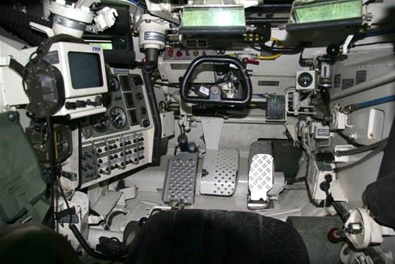 Stanoviště řidiče tanku Leopard 2 charakterizuje volant a automatická