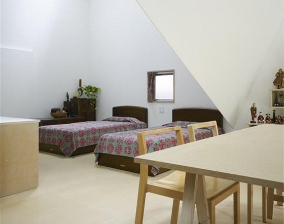 Hlavní obytný prostor je jen na ploše zhruba 7 × 7,5 metru.