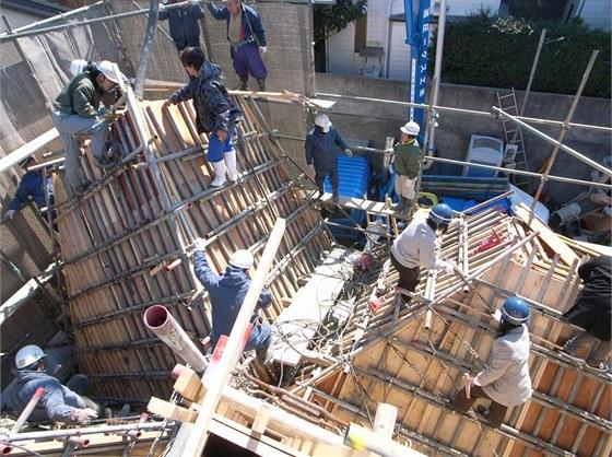 Železobetonovou konstrukci domu a lité betonové desky vytvořila firma MID