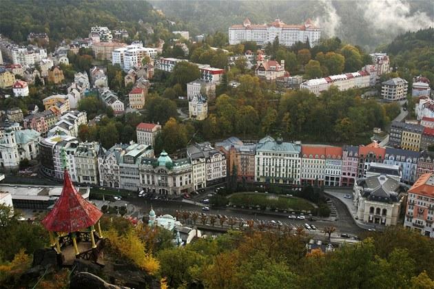 Pohled na Karlovy Vary z vyhlídky Petra Velikého.