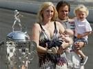 Dan Wheldon po triumfu ve slavných 500 mil Indianapolisu s manželkou Susie,