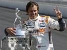 Dan Wheldon po triumfu ve slavných 500 mil Indianapolisu.