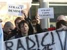 Sl�visti�t� p��znivci protestuj� proti n�stupu tren�ra Franti�ka Straky.