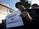 Slávističtí příznivci protestují před stadionem v Edenu proti nástupu trenéra