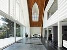 I do minimalistického interiéru pronikají původní stavební prvky jako jsou