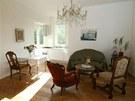 Starožitný nábytek se nenásilně doplňuje s moderní kuchyní.
