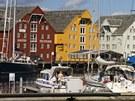 Lodě a sklady v historickém přístavu v Tromso