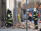 Hasiči prohlížejí sutiny u domu v centru Olomouce, jehož zeď se zřítila.