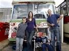 Arthur Sharp a Lisa a Lukeová se svými syny před jejich autobusem.