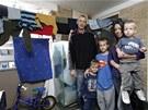 Byt ve čtvrti Coulsdon na jihu Londýna byl pro pětičlennou rodinu malý.