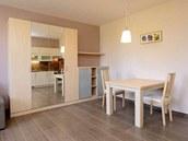 Ukázková bytová jednotka: na podlaze je prostiskluzná dlažba, pod ní je