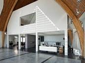 V přízemí je obývací prostor a kuchyně s jídelnou.