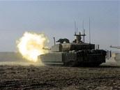 Tank Challenger 2 při střelbě. Vozidlo je v přední části  vybveno přídavným