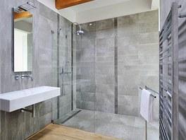 Koupelna je vybavena sanitární keramikou Kolo, s dubovou podlahou a dubovými