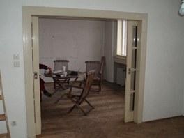 Pohled z pracovny do obývacího pokoje