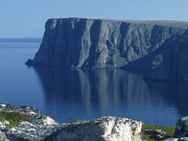Pohled na nejsevernější místo v Evropě z vedlejšího mysu Knivskjellodden