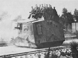 Vzhledem k podmínkám uvnitř tanku se osádky vozily na stropě korby kdykoli to