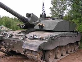 Příď tanku Challenger 2. Nad hlavní je zaměřovač střelce s termokamerou. Za ním