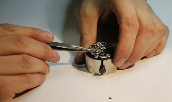 Usazování jednotlivých částí vyžaduje umístění kalibru (strojku) do
