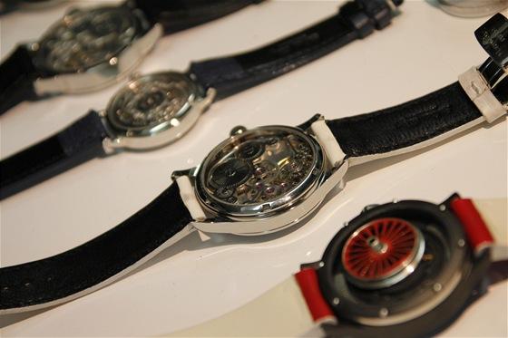 Pohled do útrob hodinek poskytuje zákazníkovi průhledné dýnko.