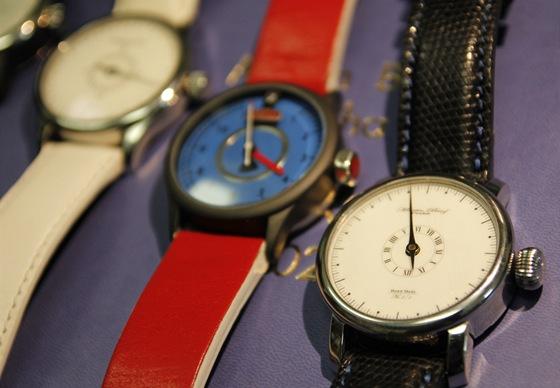 Jednoručkové hodinky. Díky velkému pouzdru je možné rozdělit celou