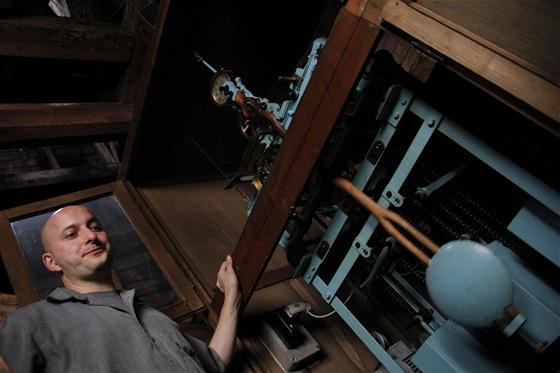 Martin Brož a stroj věžních hodin: dřevěné kyvadlo je důvodem, proč musí