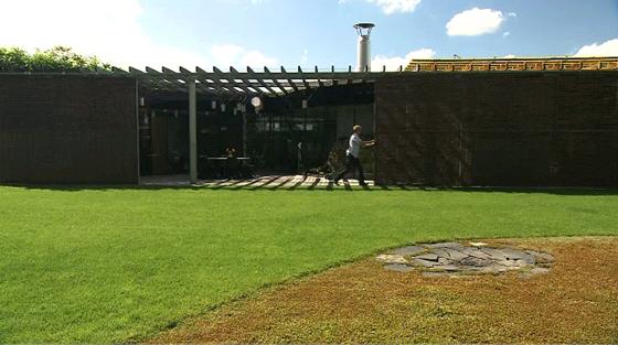 Dům lze podle potřeby uzavřít posuvnými panely propletenými vrbovým proutím.