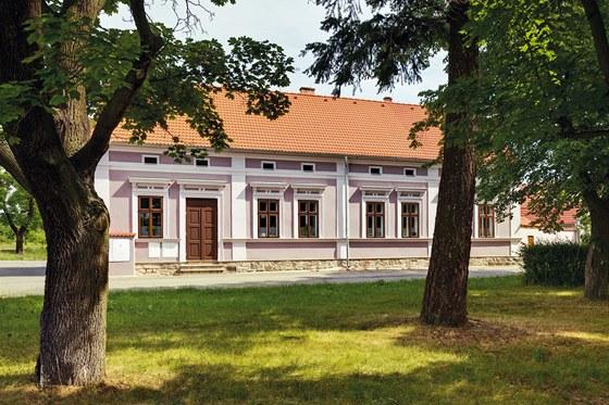 Dům připomínající obecní školu získal po rekonstrukci kvalitní fasádu s