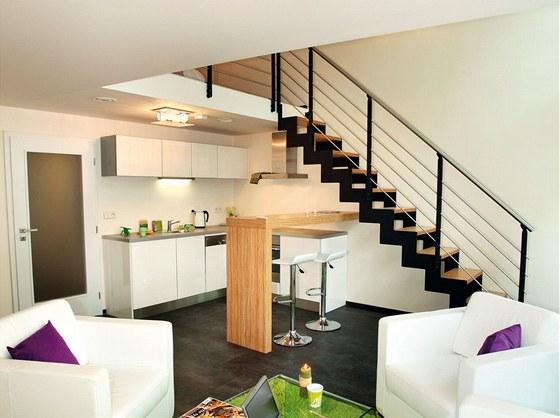 Obývací pokoj a galerie si i přes otevřenost prostoru zachovávají potřebné