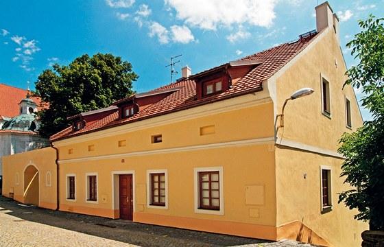 Pohled na dům z ulice. Majitelé si mohli dovolit jen malé vikýře.