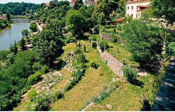 Pod domem sbíhá k řece velká terasovitá zahrada.