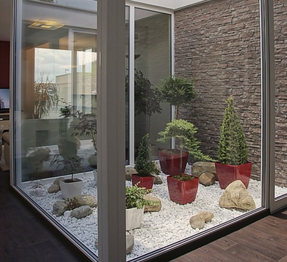 V atriu, z něhož vyzařuje duch japonských zahrad, hraje prim kámen – podlaha z