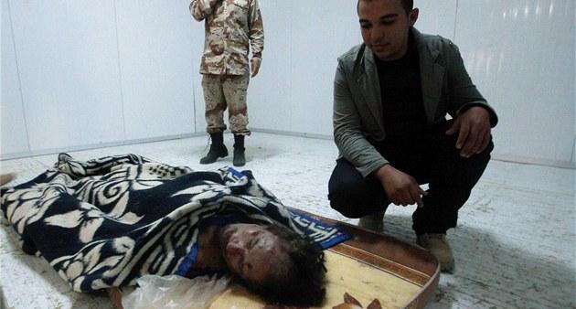 T�lo Muammara Kaddáfího v mrazícím boxu v Misurát�. (22. �íjna 2011)