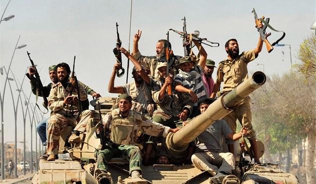 Libyj�tí povstalci v Syrt� se radují poté, co se dozv�d�li o dopadení a zabití