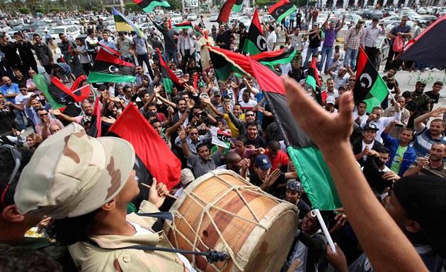 Informace o dopadení a zabití Muammara Kaddáfího se rychle rozk�ikla a lidé po
