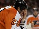 BUDU VIDĚT? Chris Pronger krátce poté, co dostal hokejkou do oka.