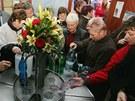 Lidé stojí frontu na minerálku Ida, která pramení v Náchodě-Bělovsi.