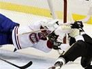 TYGŘI SKOK. Montrealský gólman Carey Price zasahuje neobvyklým způsobem proti