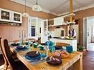 Kuchyň je centrem dění. Sousedí s obývacím pokojem a vstupní halou. Byla