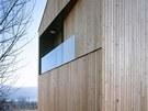 Jednoduchá elegance domu Lety je podtržena použitím svislého dřevěného obkladu.