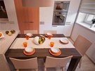 Velký jídelní stůl doplnilo pět židlí Simple (TON), jehož autory je designérské
